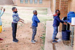 Children follow the Covid-19 hygiene measures